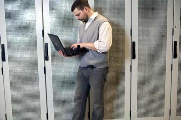 Man som arbetar med bärbar dator