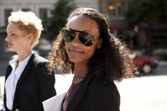 Kontorskvinna i solglasögon en solig dag