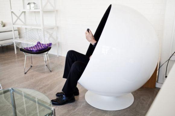 """Dold man med mobiltelefon i stolen """"Ägget"""""""